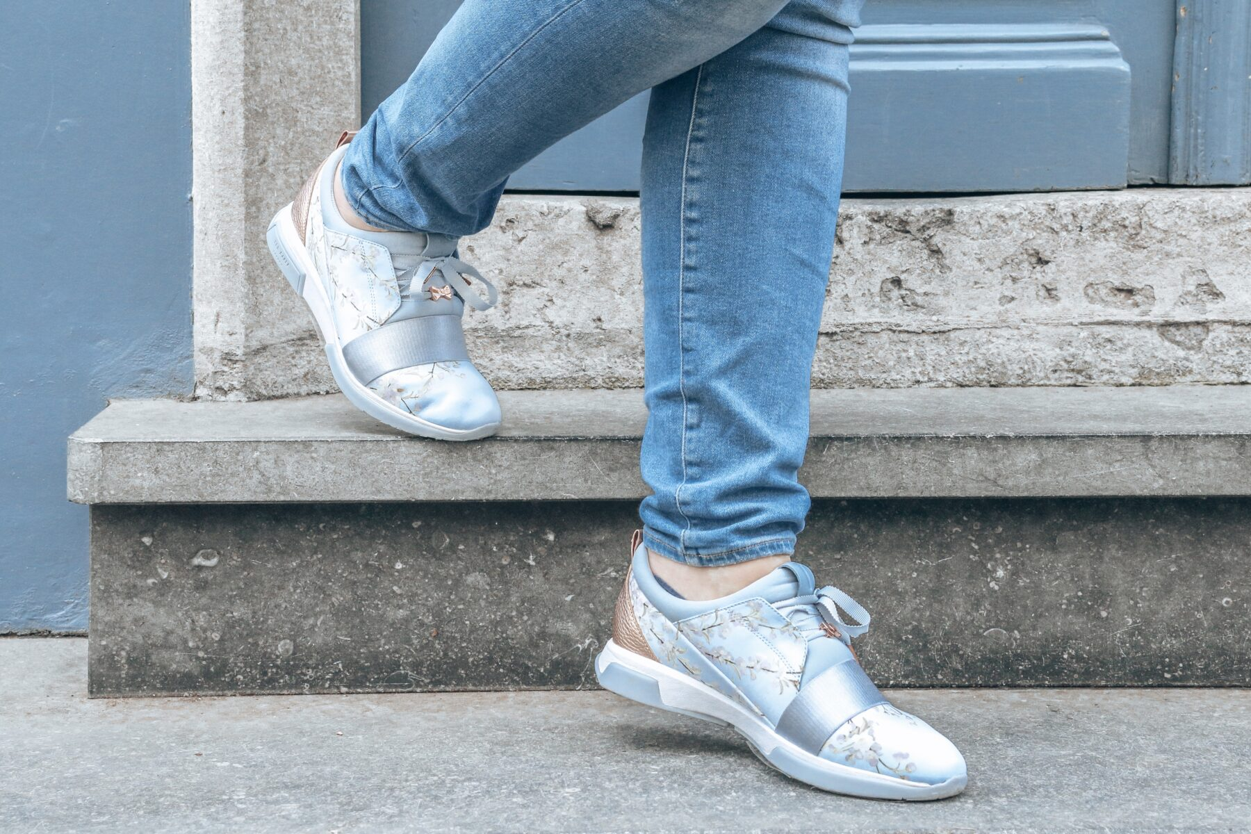 lente outfit roze blauw sneakers