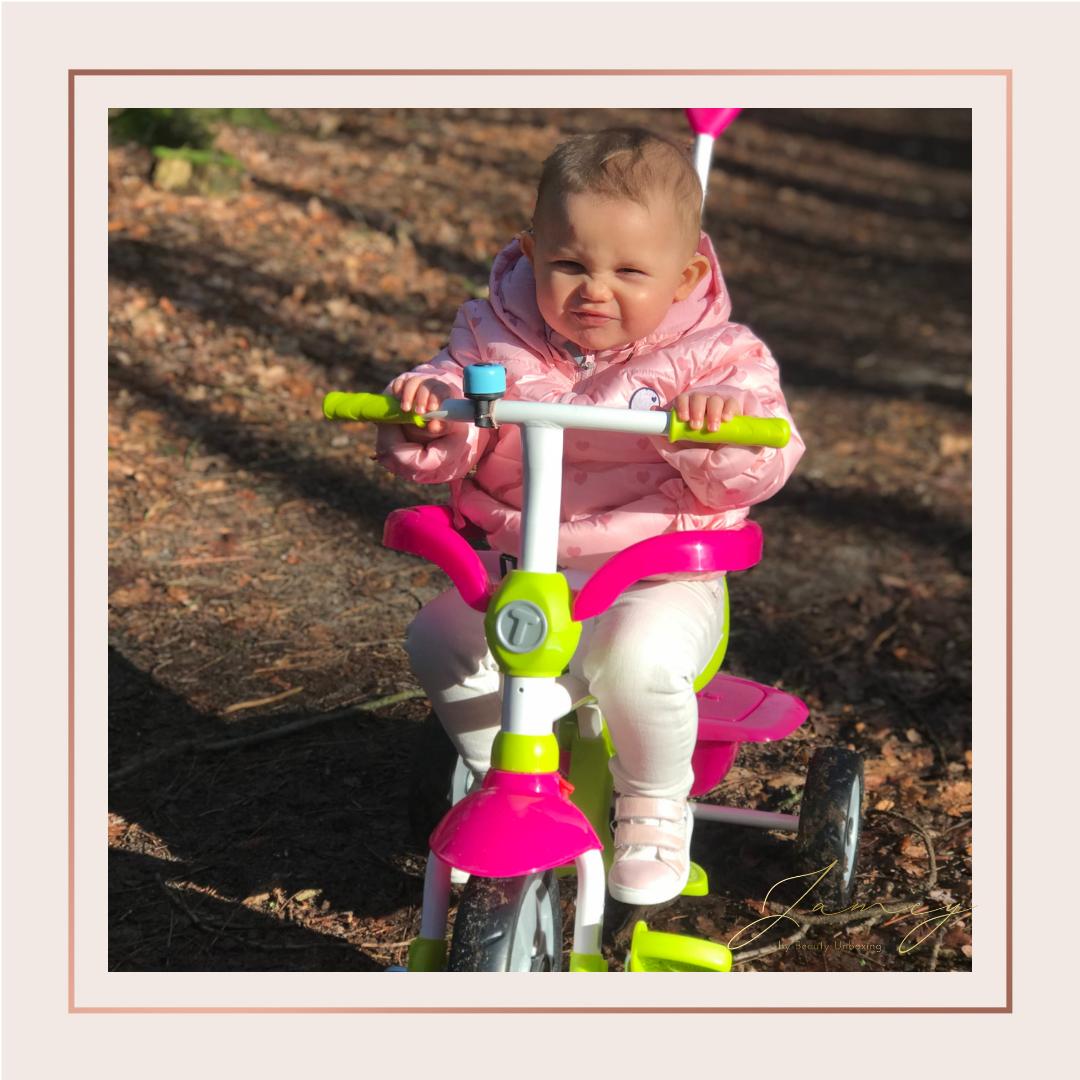 Noe aan het fietsen op haar trike in het bos