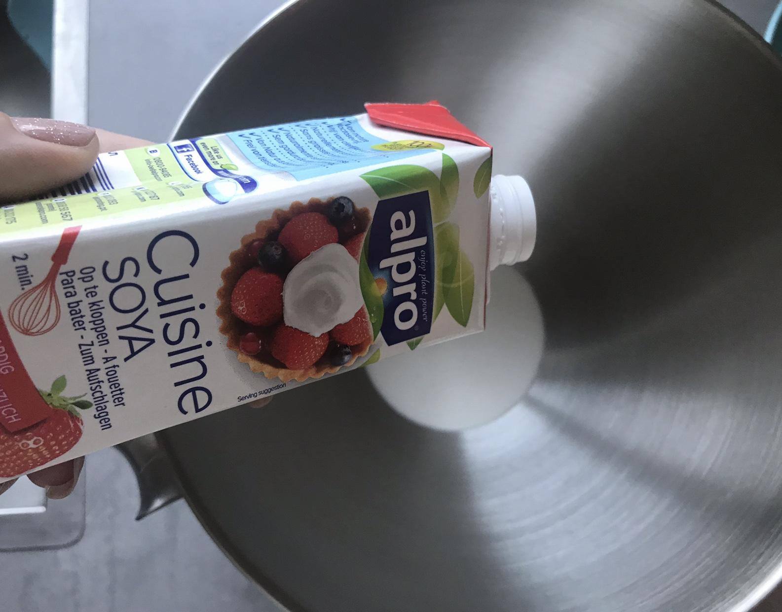 Alpro Cuisine Soya gieten in de mixkom