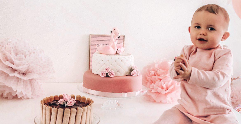 Blije dochter met haar Koemelkvrije Monchou verjaardagstaart