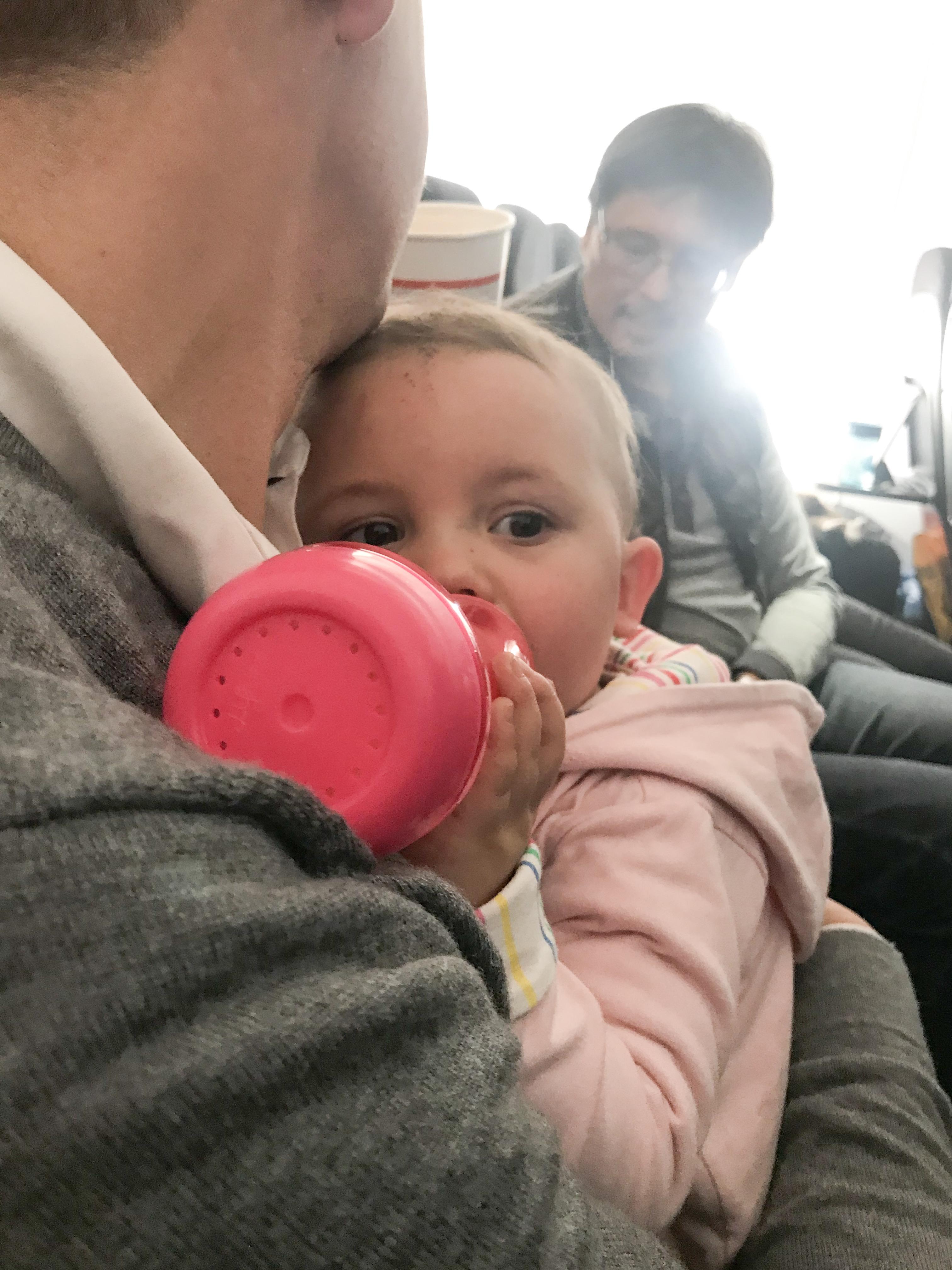 Een flesje in het vliegtuig drinken