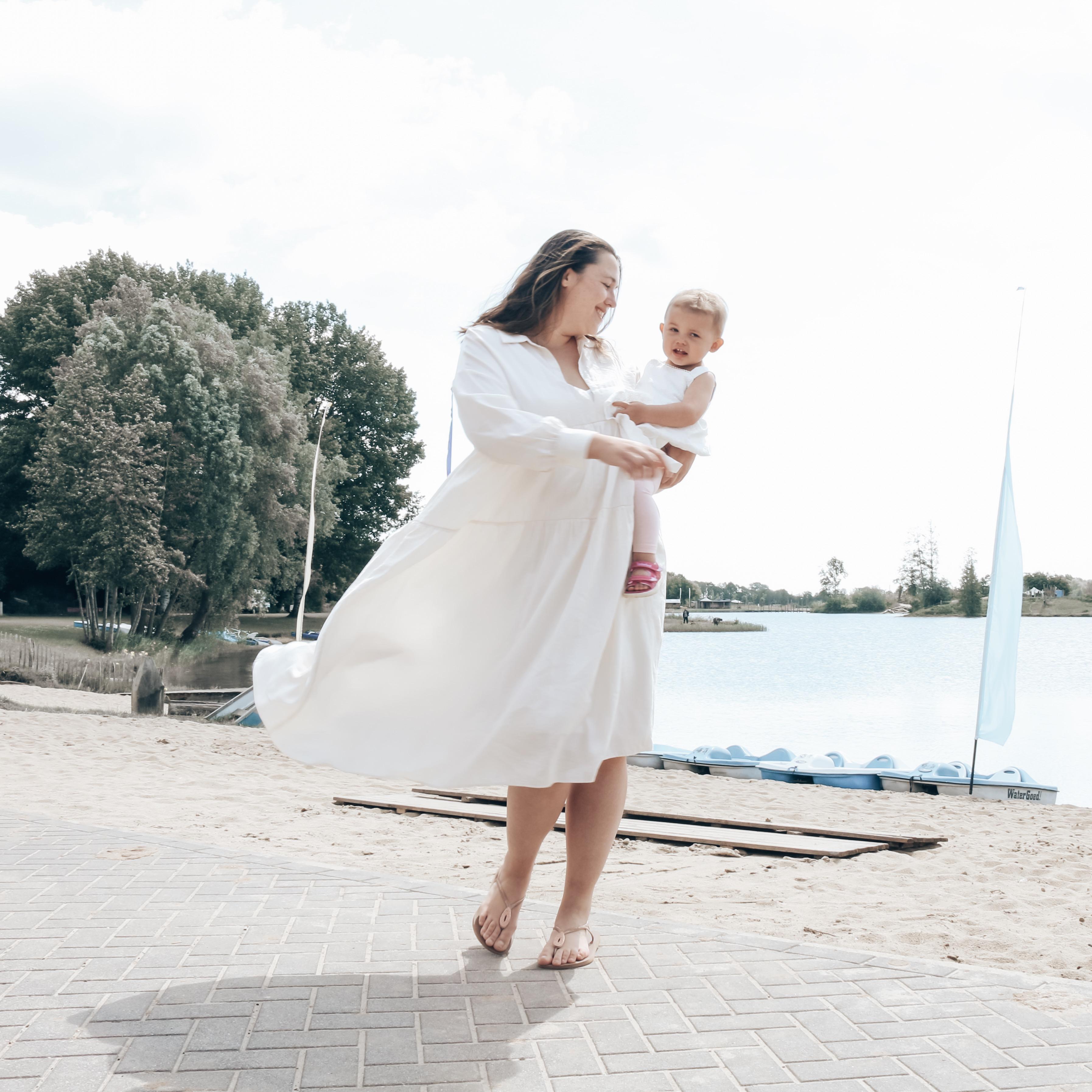 Losse jurk van H&M met kind op de arm