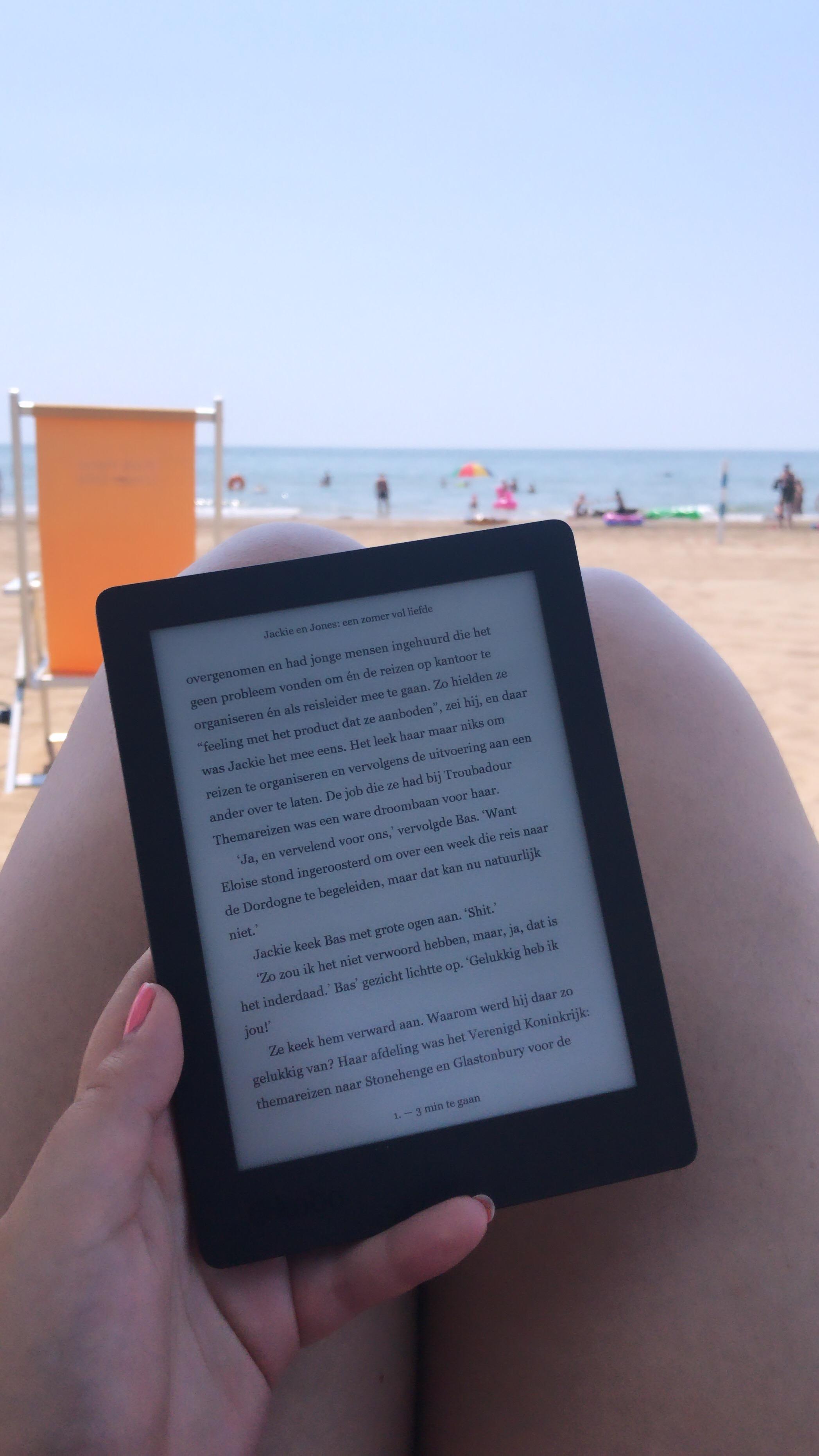 Een boekje lezen op het strand