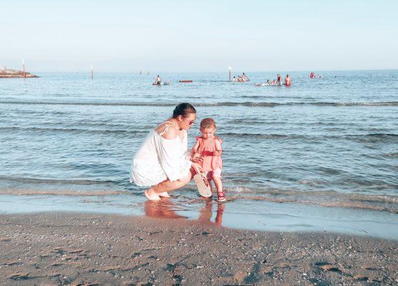 Strandwndeling moeder en dochter