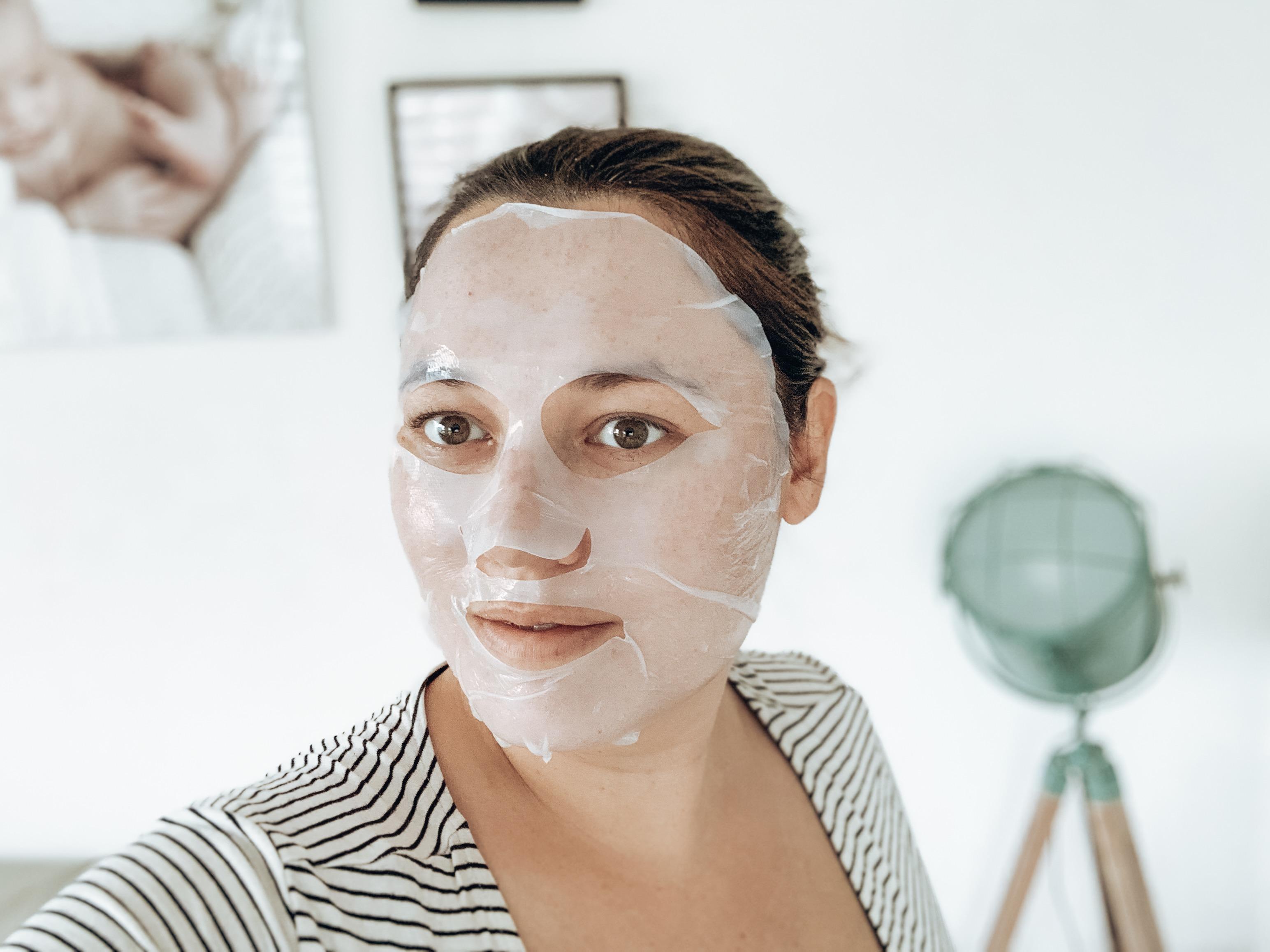 Fanllory Nourishing & Hydrating Face Mask aangebracht op gezicht