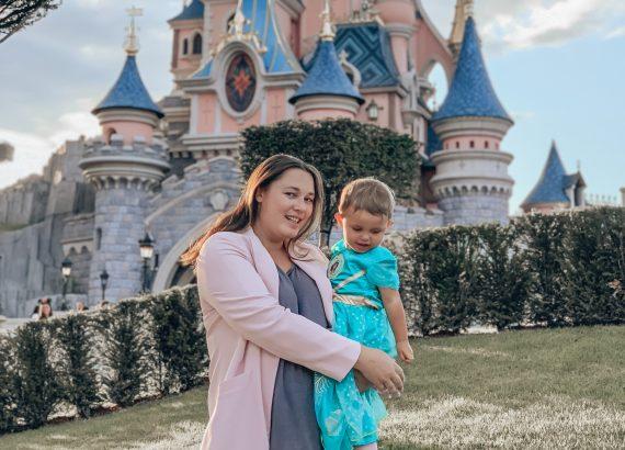 moeder en dochter voor het disneykasteel