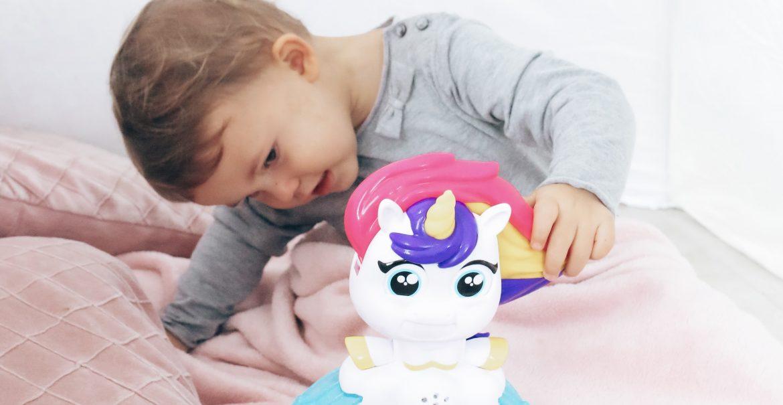 De Drollendraaiende IJseenhoorn van Play-Doh drol maken