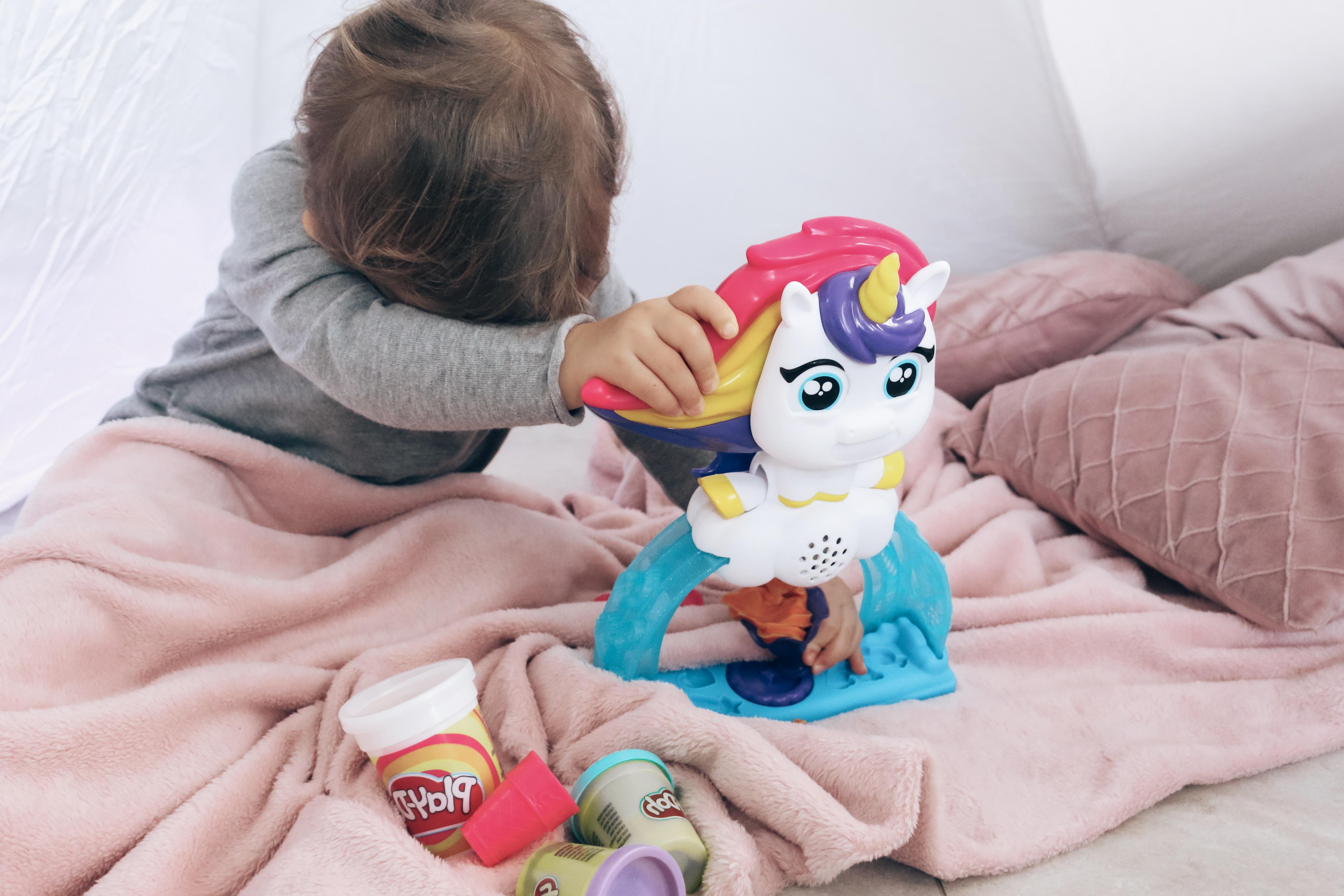 De Drollendraaiende IJseenhoorn van Play-Doh drukken op de staart