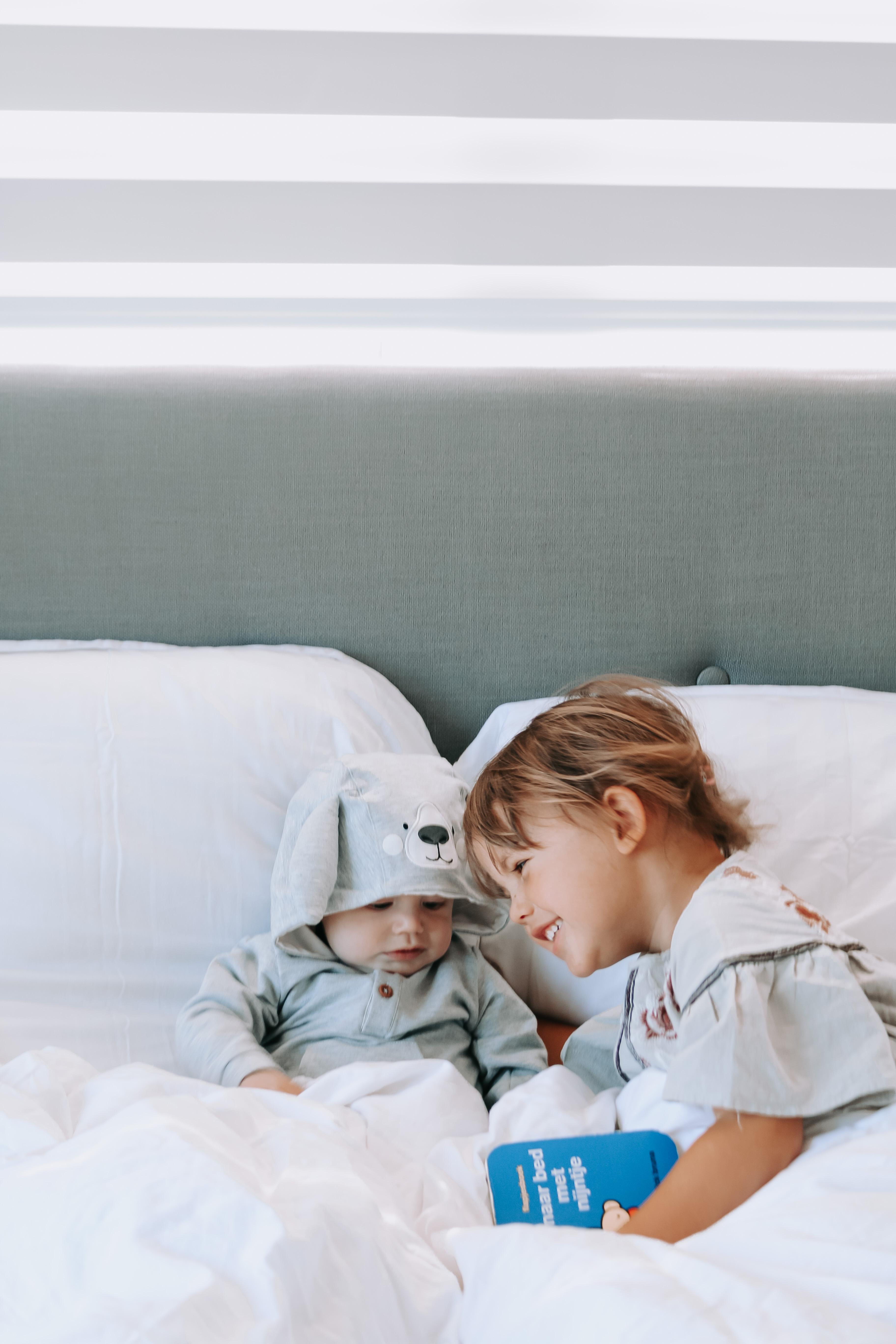 samen boekje lezen op bed